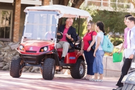 In addition to his formal office hours, Robbins continues to have informal chats with students just about everywhere he goes on campus. (Photo: Chris Richards/UA Alumni Association)