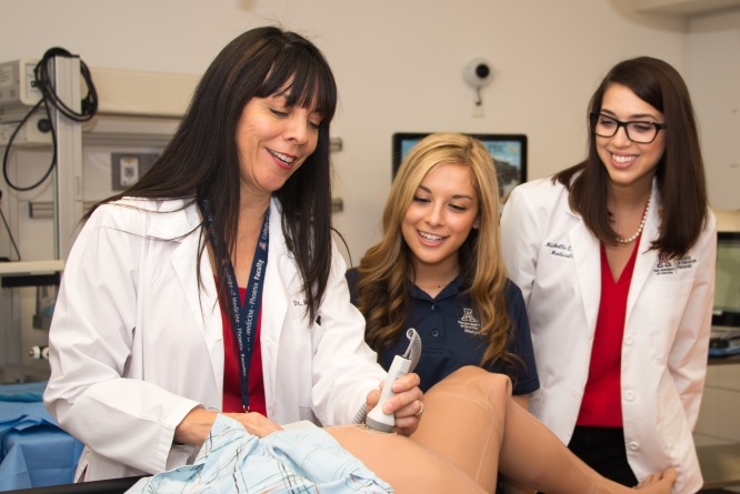 Maria Manriquez teaching students in the Center for Simulation and Innovation at the College of Medicine – Phoenix. (Photo: UA College of Medicine – Phoenix Media Production)