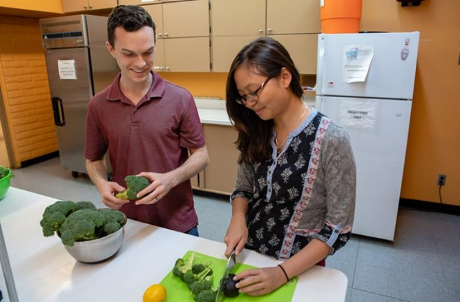 Tyler Bien and Julie Tran, both second-year students at the College of Medicine – Phoenix, have organized classes to teach medical students how to make healthy meals.
